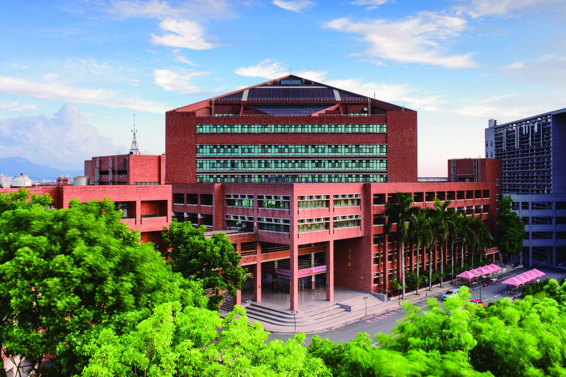 Trường có khuôn viên rộng lớn, cơ sở vật chất hiện đại.