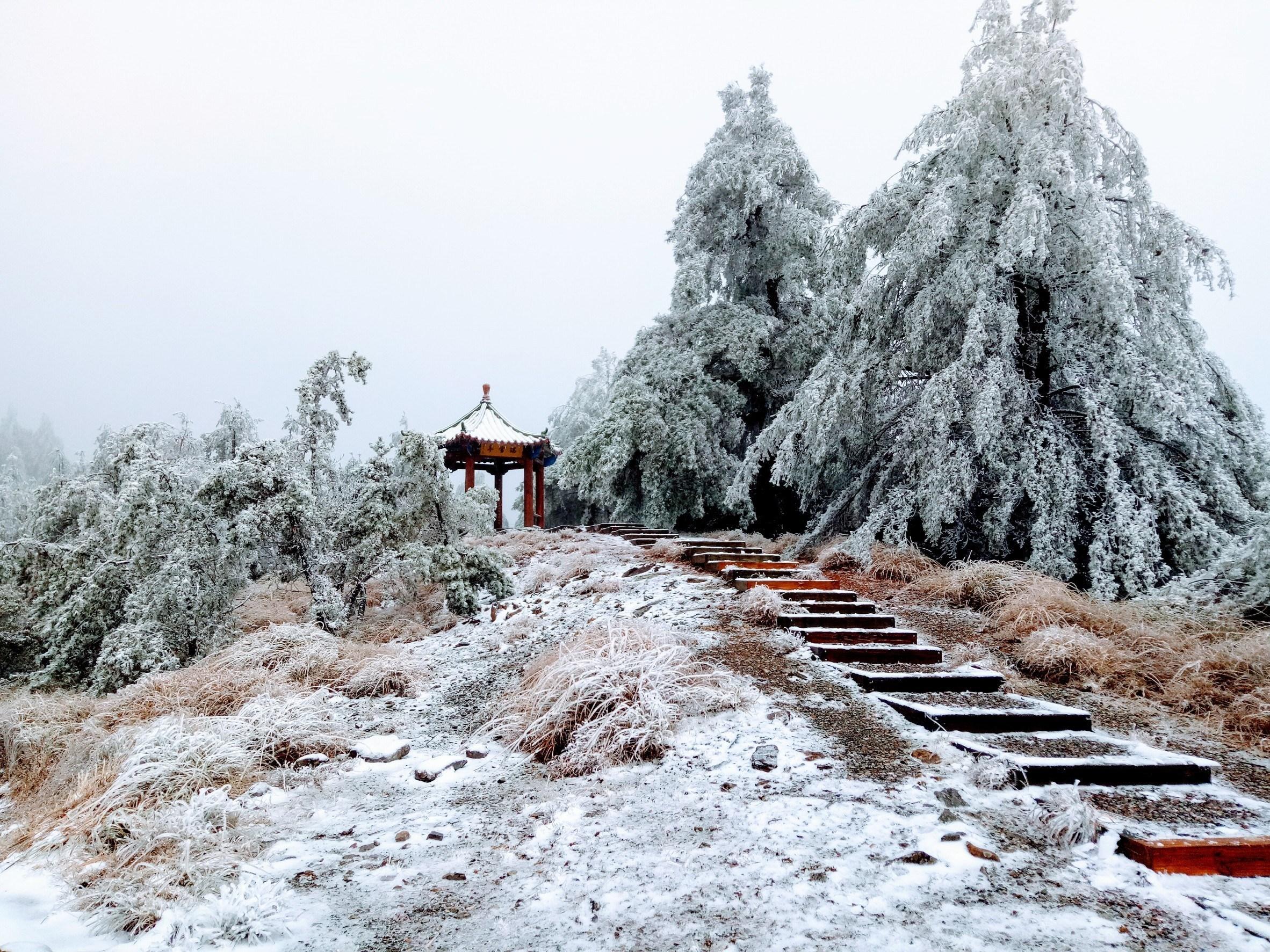 Mùa Đông thường có tuyết rơi.