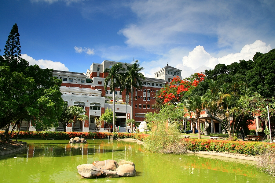 Khuôn viên thoáng mát, xanh tươi thích hợp cho việc học tập và sinh hoạt của sinh viên, giảng viên.