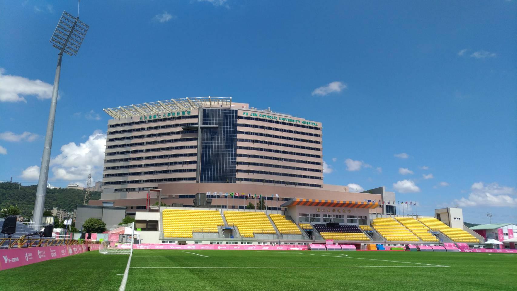 Sân bóng rộng rãi của trường.
