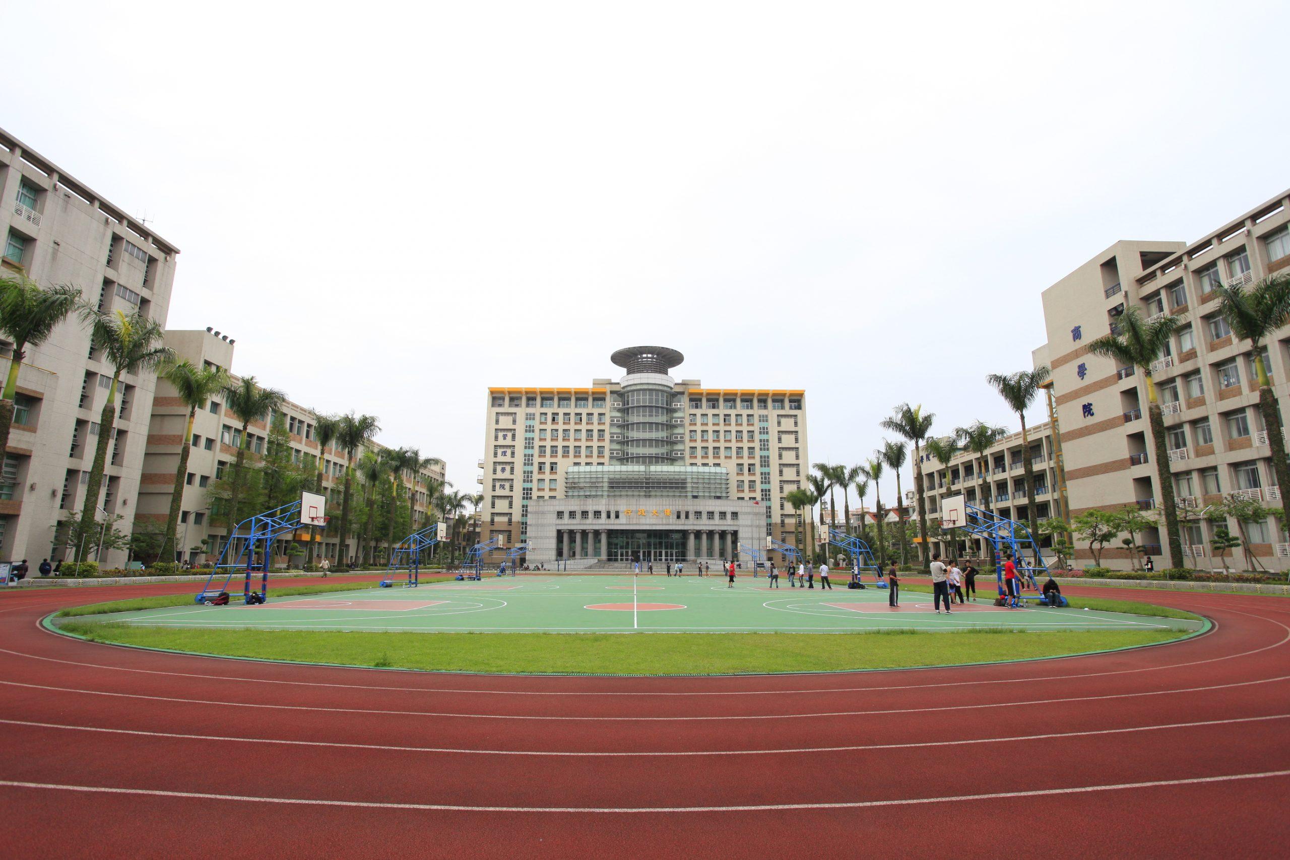 Sân thể thao rộng rãi của trường.