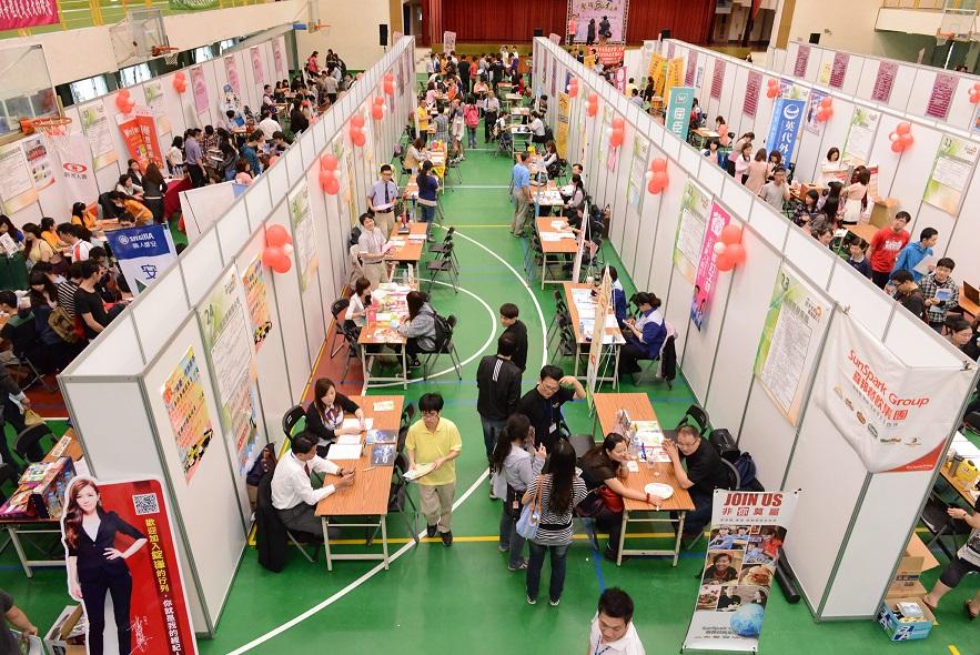 Trường thường xuyên tổ chức các buổi giao lưu với doanh nghiệp để sinh viên tìm kiếm cơ hội việc làm.