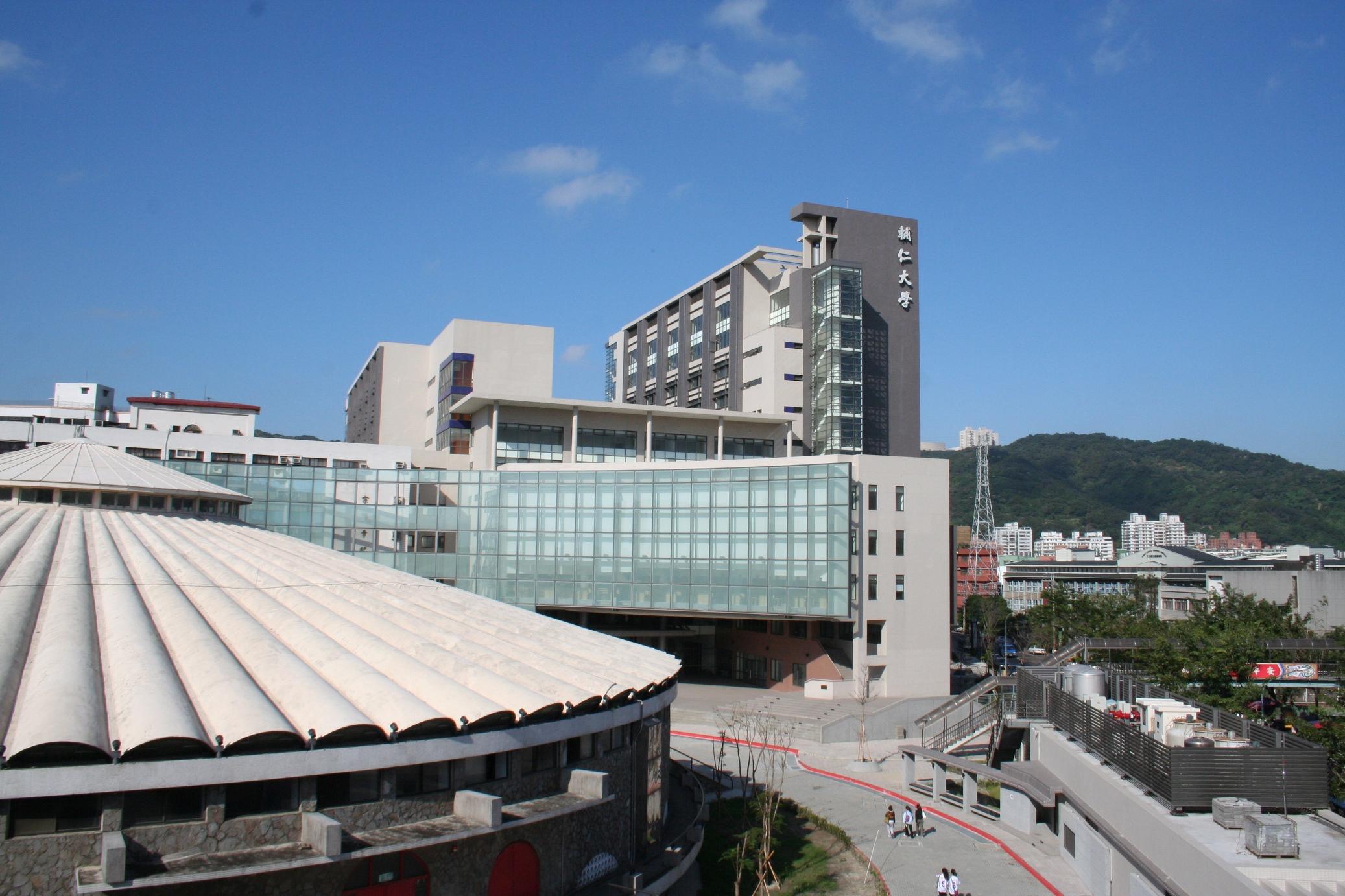 Trường tọa lạc tại thành phố Tân Bắc Đài Loan.