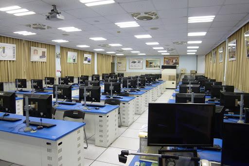 Phòng máy tính hiện đại phục vụ cho việc học tập và nghiên cứu của sinh viên.