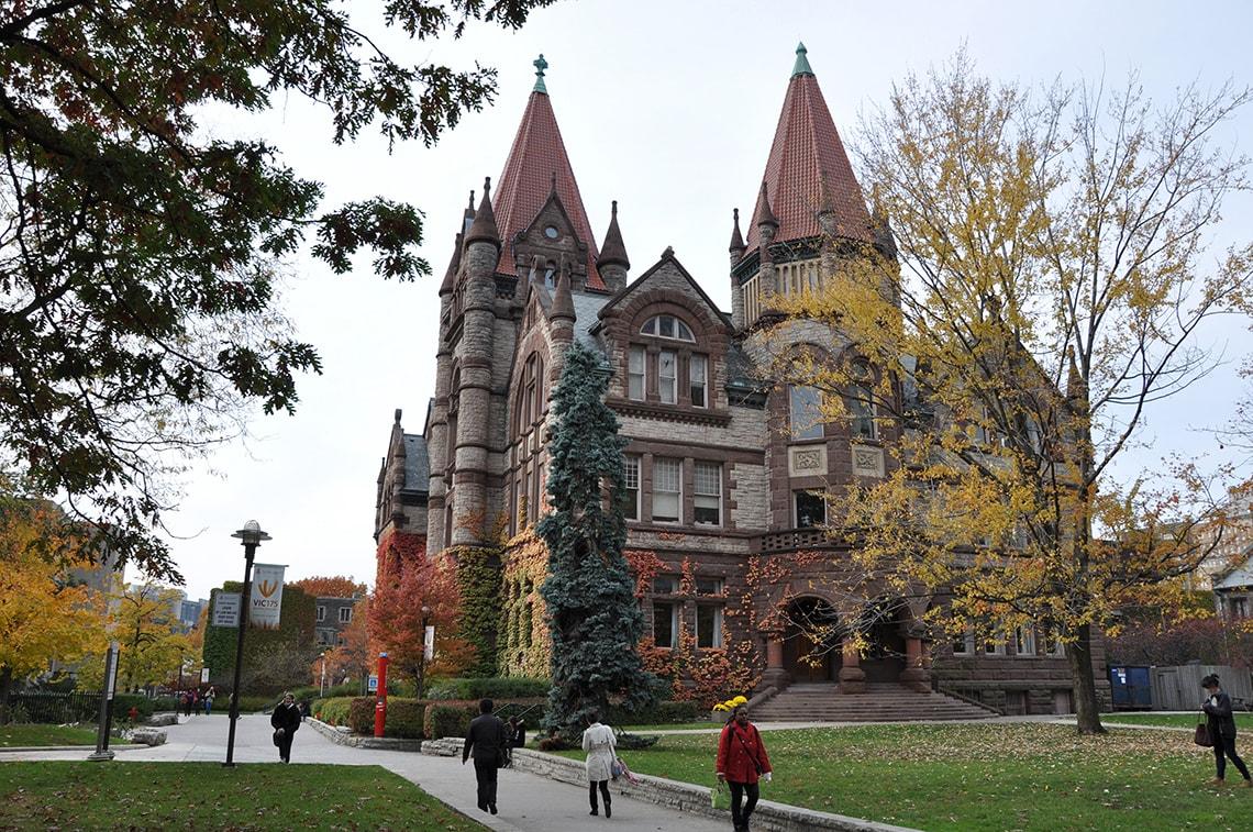 Học phí bậc sau đại học tại Canada thấp hơn so với học phí bậc đại học.