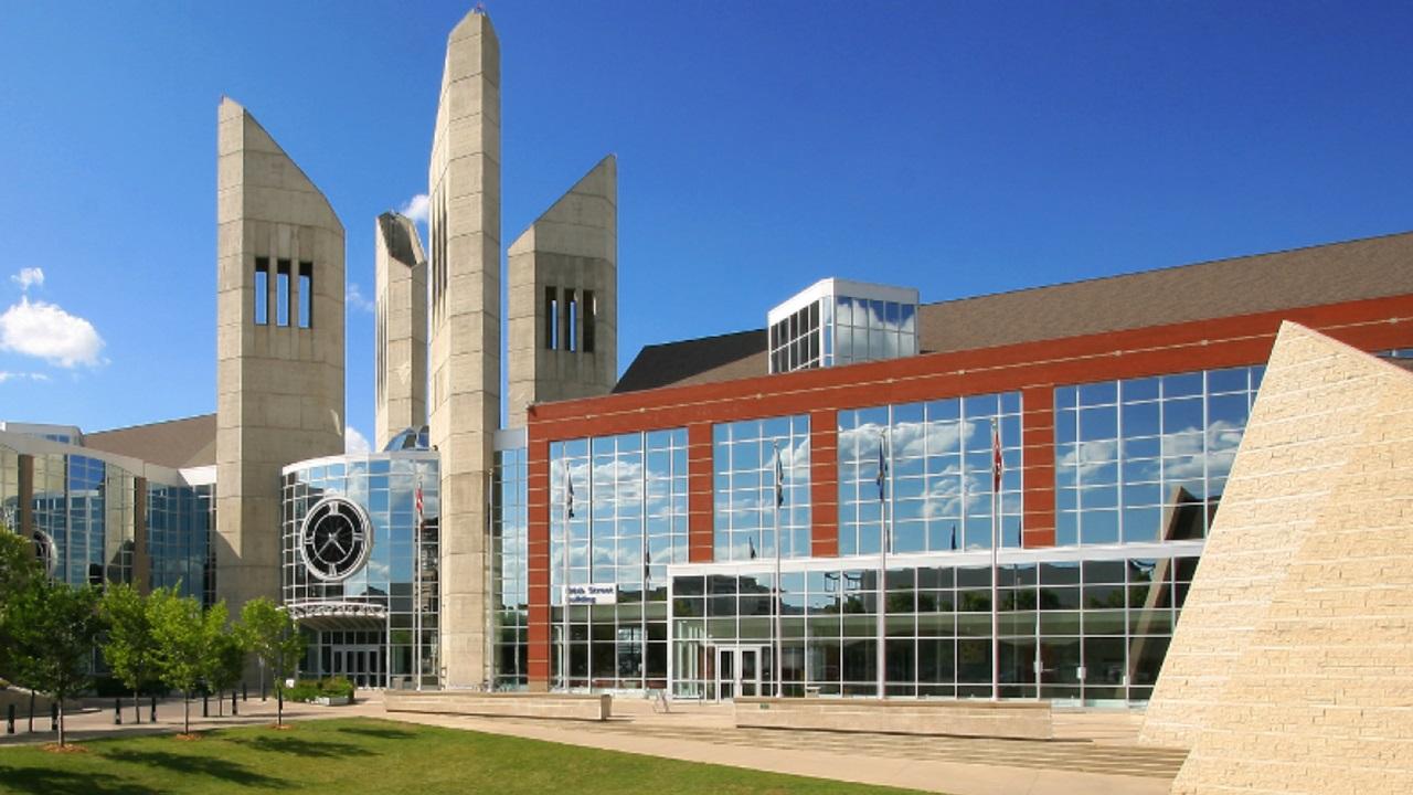 Đại học MacEwan cung cấp các suất học bổng lên đến 10.000 CAD cho sinh viên.
