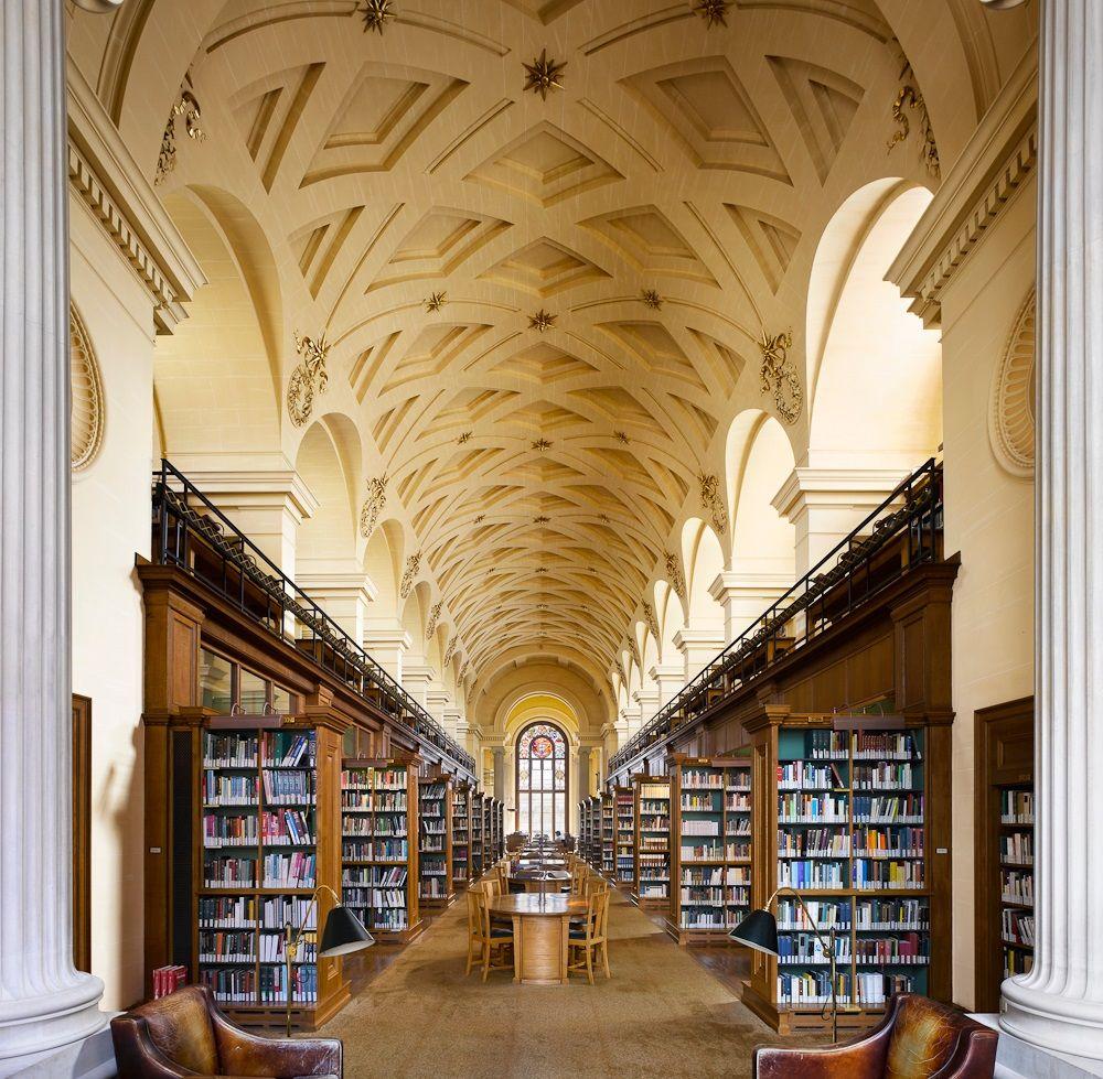 Thư viện cổ kính và đồ sộ của trường.