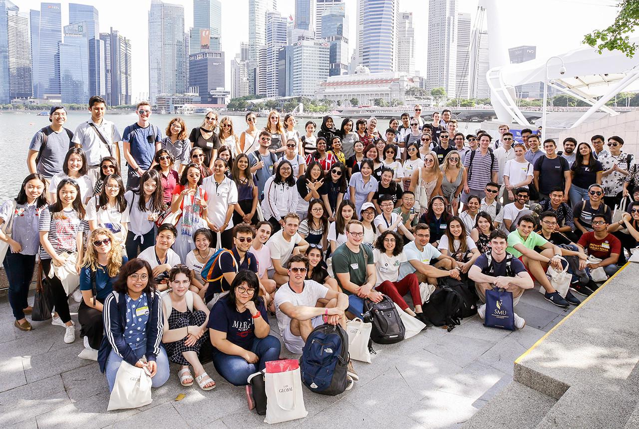 Học sinh được làm quen với bạn bè quốc tế.