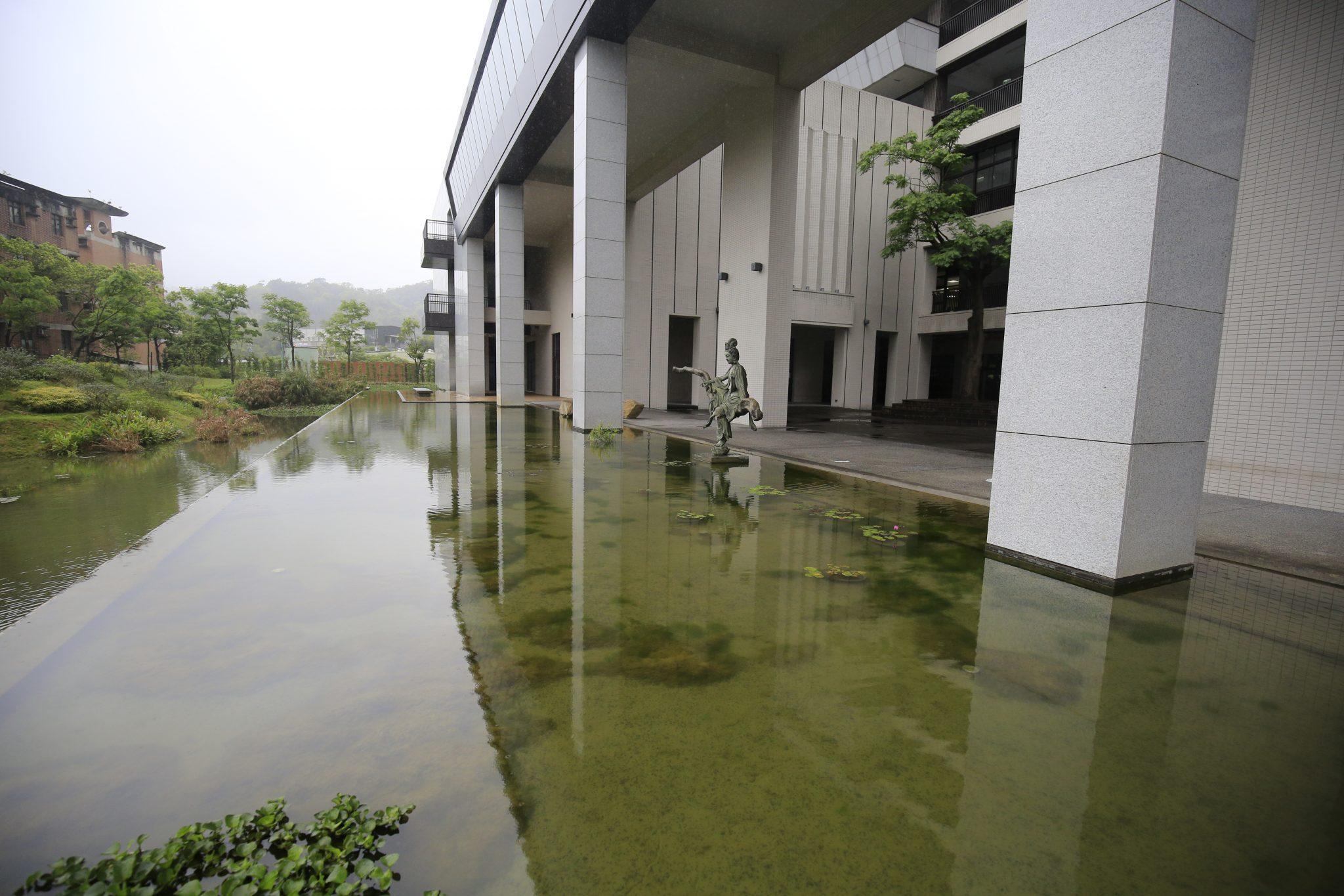 Tòa nhà nhận giải kiến trúc xanh của trường đại học Hồng Quốc Đức Lâm.