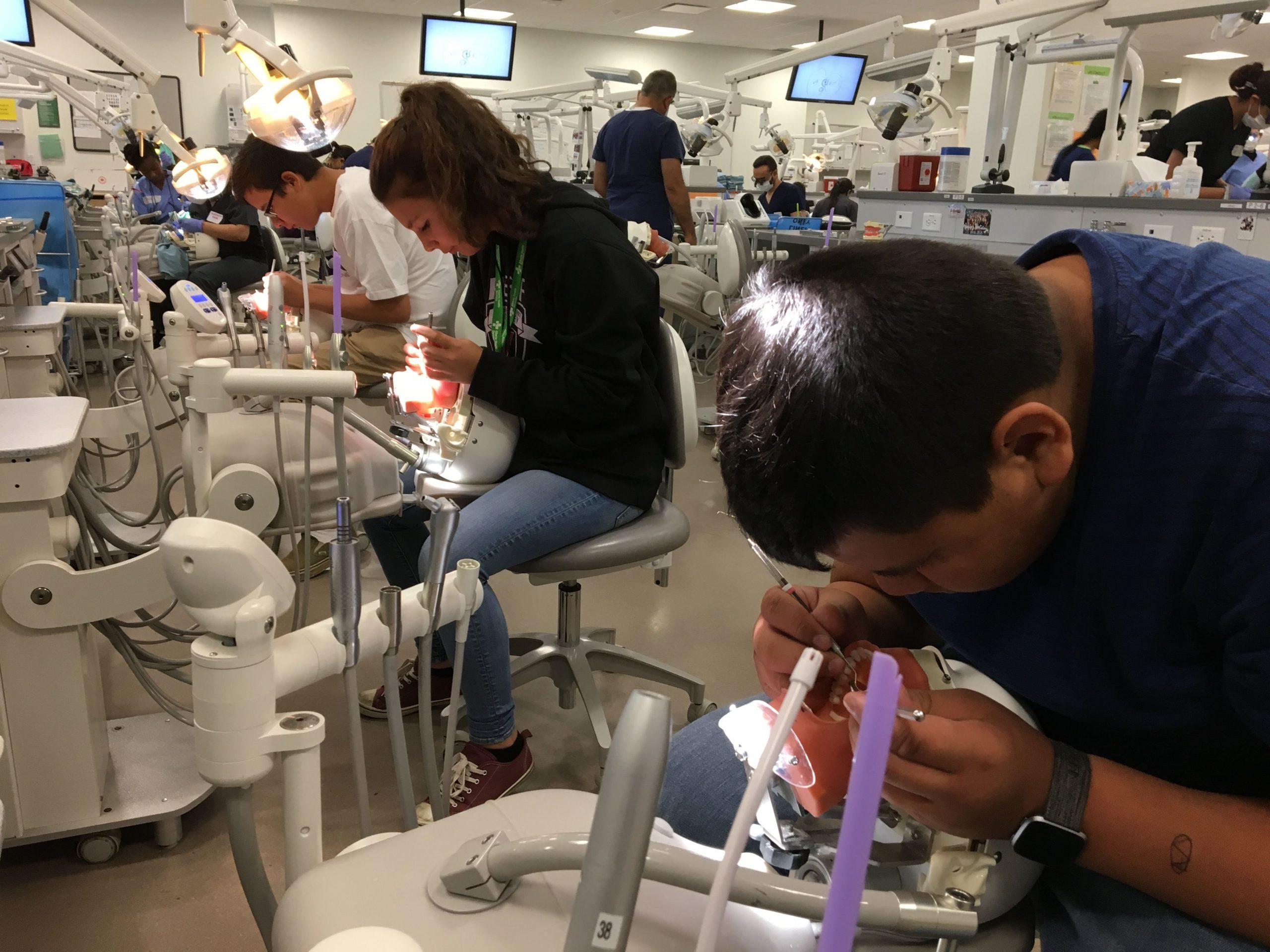 Trang thiết bị và tiện nghi đầy đủ phục vụ cho việc học tập của sinh viên.