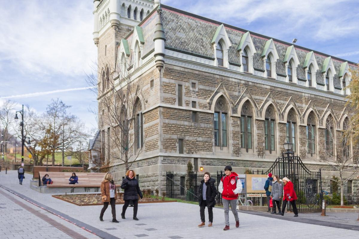 Đại học McGill là trường công lập hàng đầu tại Canada.