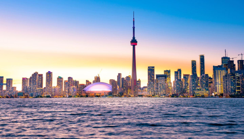Trường tọa lạc tại thành phố Toronto sầm uất.