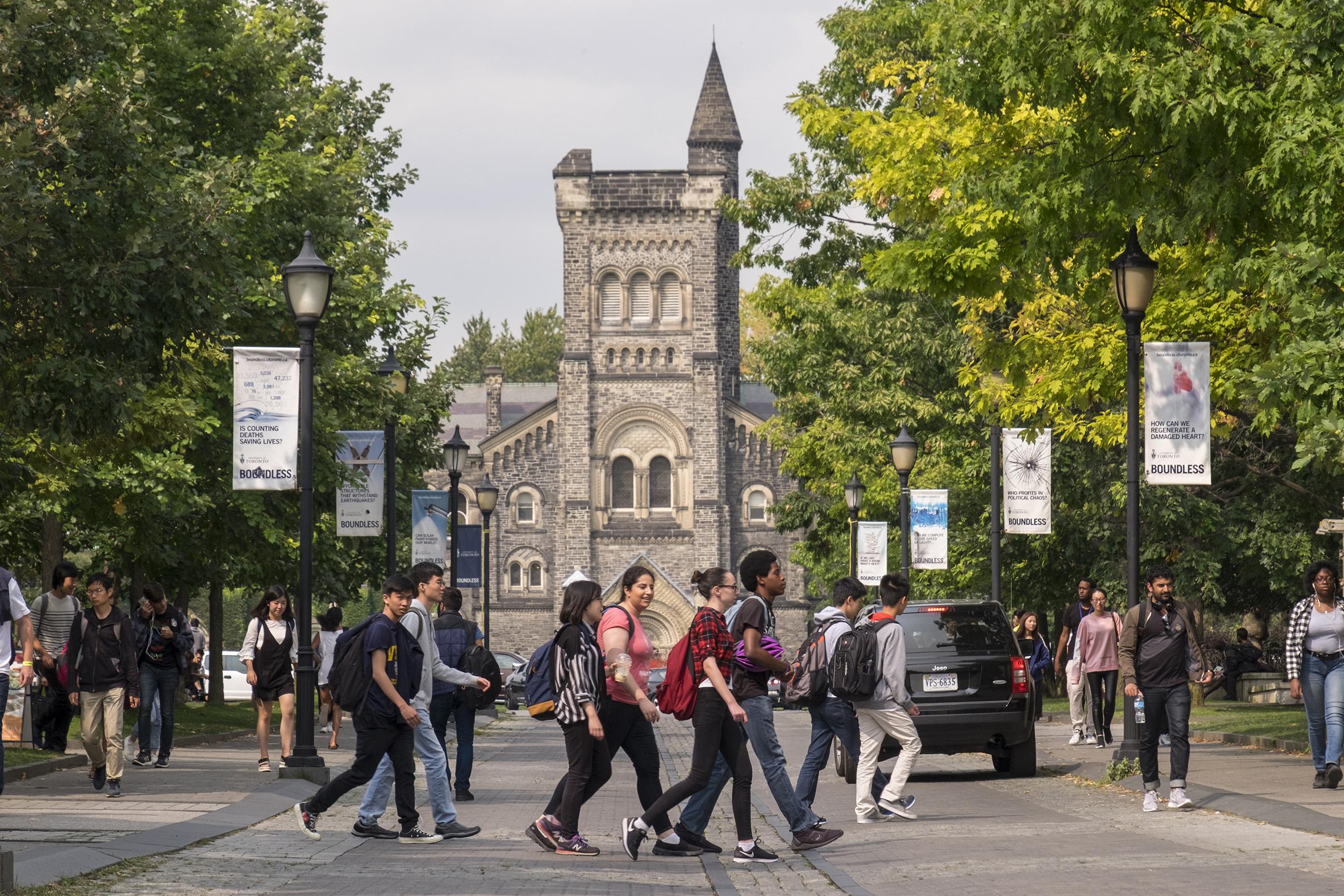 Đại học Toronto là trường đại học công lập hàng đầu Canada.