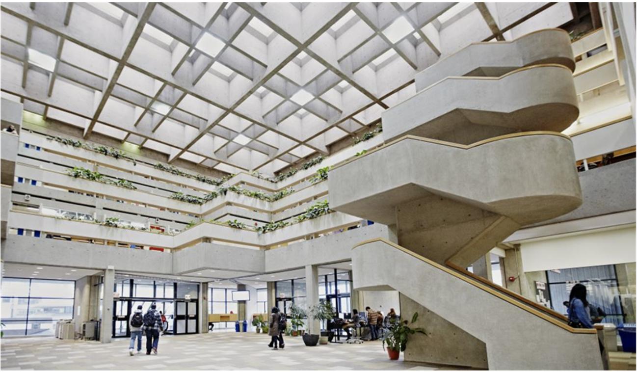 Thư viện đại học rộng lớn.