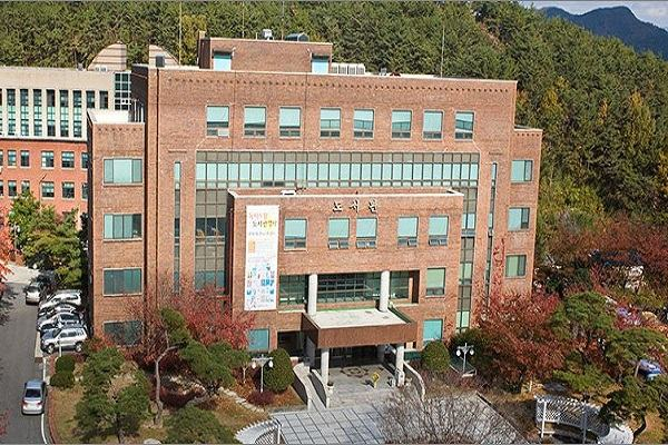Tòa thư viện của trường cao đẳng Suncheon Cheil