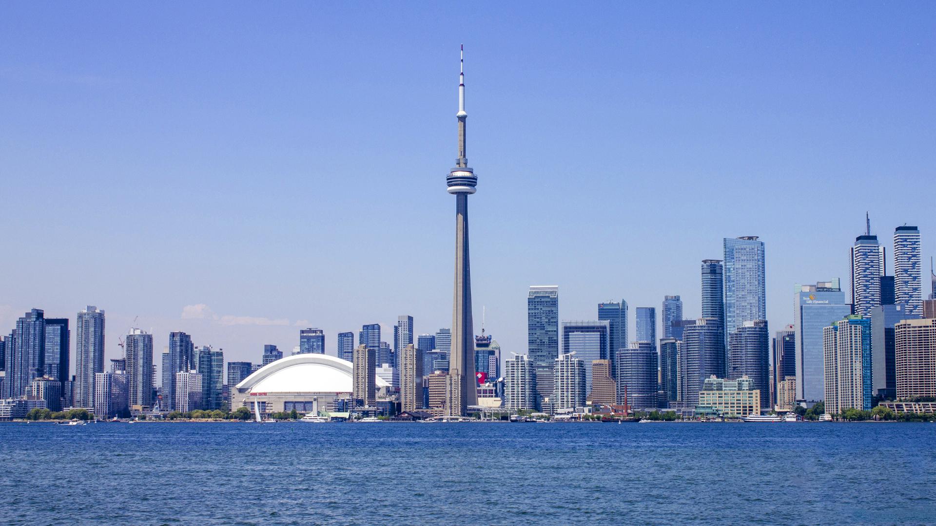 Nhiều người định định cư Canada quyết sống tại đây vì nơi đây có thành phố Toronto