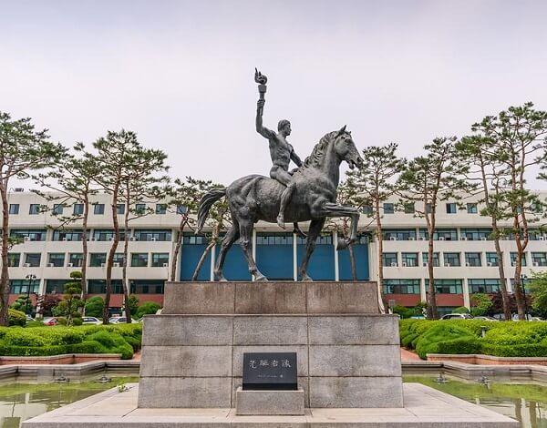 Đài lưu niệm tại trường Đại học Ajou