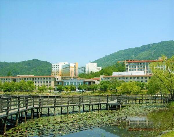Khu kí túc xá của trường Changwon nhìn từ xa