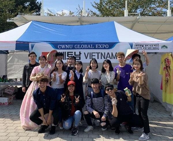 Sinh viên Việt Nam vào ngày hội giao lưu văn hoá quốc tế của trường Changwon